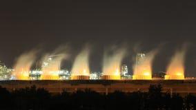 Tempo-lapso da torre refrigerando da planta industrial na noite, Tailândia da refinaria de petróleo filme