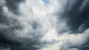 Tempo-lapso das nuvens de chuva video estoque