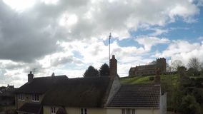 Tempo-lapso das nuvens que passam a igreja em um monte na vila inglesa filme