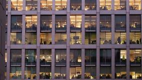 Tempo-lapso de um escritório na noite vídeos de arquivo