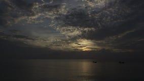 Tempo-lapso de um por do sol surpreendente sobre o turco grande no mar das caraíbas vídeos de arquivo