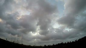 Tempo-lapso do céu e das nuvens de tempestade vídeos de arquivo