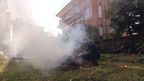 Tempo-lapso do homem que faz um fogo filme