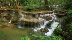 Tempo-lapso do nível 6 de cachoeira de Huay Mae Kamin no parque nacional de Khuean Srinagarindra vídeos de arquivo