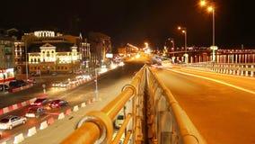 Tempo-lapso do tráfego da noite dos carros na cidade urbana da junção de estrada da ponte filme