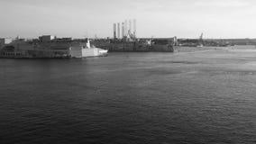 Tempo-lapso grande do porto de Malta com o navio vazio enorme do recipiente CAM filme