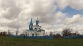 tempo-lapso Igreja contra o céu com nuvens na primavera video estoque