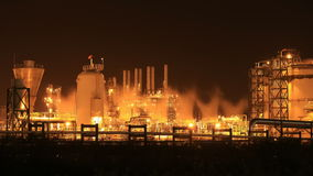 Tempo-lapso 4k da planta industrial da refinaria de petróleo na noite filme