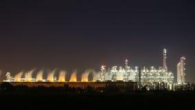 Tempo-lapso 4k da planta industrial na noite, Tailândia da refinaria de petróleo video estoque