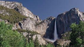 Tempo-lapso largo de Yosemite Falls no meio-dia vídeos de arquivo