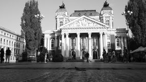 Tempo-lapso preto e branco do teatro, Sófia, Bulgária video estoque