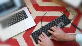 Tempo-lapso que instala o teclado novo dos Apple Computer vídeos de arquivo
