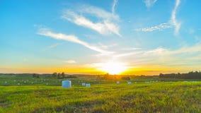Tempo-lapso rural da paisagem e do por do sol com guindaste vídeos de arquivo