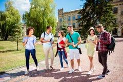 Tempo libero dell'studenti, ritmo di vita della città universitaria del ` s del celibe Sei frie Fotografie Stock