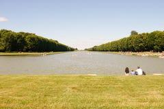 Tempo libero della famiglia nel giardino di Versailles fotografia stock libera da diritti