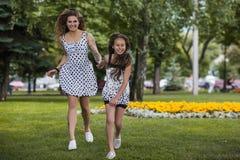 Tempo libero in parco Vita felice di estate immagini stock libere da diritti