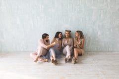 Tempo louco do partido de quatro mulheres à moda bonitas no equipamento ocasional elegante que comemoram o ano novo, aniversário, Fotos de Stock