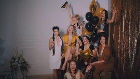 Tempo louco do partido de sete mulheres à moda bonitas no equipamento ocasional elegante que comemoram o ano novo, aniversário, t filme