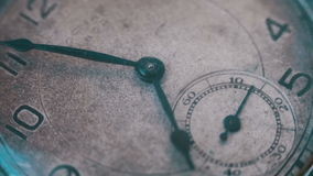 Tempo macro do relógio de bolso do vintage que vai rapidamente filme