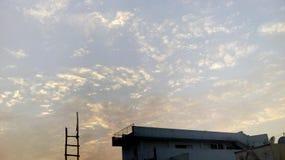 Tempo nebuloso com por do sol foto de stock