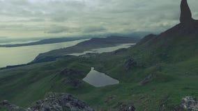 Tempo nebuloso no ancião das montanhas de Storr, Escócia video estoque