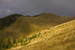 Tempo nebuloso sobre os cumes Fotografia de Stock Royalty Free