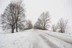 Tempo nevado na estrada vazia, perigo, inverno imagens de stock royalty free