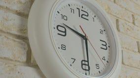 Tempo nove ore trenta minuti Timelapse Orologio bianco rotondo che appende sul muro di mattoni video d archivio