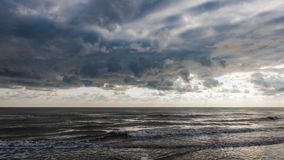 Tempo nublado com as nuvens de cúmulo no mar Imagem de Stock Royalty Free