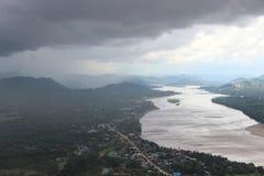 Tempo nuvoloso che va piovere alla riva del fiume del villaggio fotografia stock libera da diritti