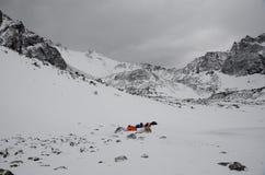 Tempo nuvoloso nelle montagne immagini stock libere da diritti