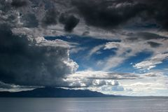 Tempo nuvoloso sopra un mare Immagini Stock