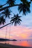 Tempo pacifico, belle nuvole e cielo di tramonto Oscillazione e coconu Immagini Stock