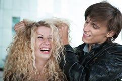 Tempo pazzesco - coppia che gioca con i capelli fotografie stock libere da diritti