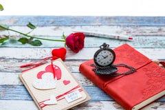 Tempo per amore: rosa rossa, cuore e giornale con l'orologio da tasca Immagine Stock