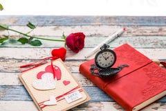Tempo per amore: rosa rossa, cuore e giornale con l'orologio da tasca dentro Immagine Stock
