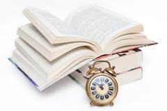 Tempo per il banco. Sveglia e libri fotografia stock libera da diritti