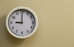 Tempo per il 9:00 dell'orologio di parete Immagini Stock