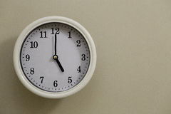Tempo per il 5:00 dell'orologio di parete Immagini Stock
