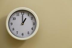 Tempo per il 1:00 dell'orologio di parete Fotografie Stock Libere da Diritti