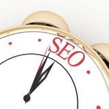 Tempo per il primo piano dell'orologio di concetto di seo su bianco Immagini Stock