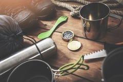 Tempo per le avventure - metta dell'attrezzatura di campeggio di spedizione fotografia stock libera da diritti