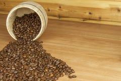 Tempo per un buon caffè aromatico Caffè e giornale su una tabella di legno Preparando per il caffè bevente della casa Fotografia Stock