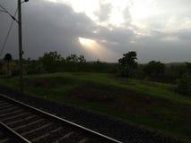 Tempo piovoso delle nuvole dei raggi di sole immagine stock libera da diritti