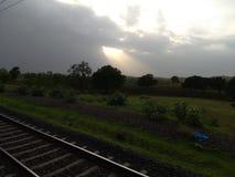 Tempo piovoso delle nuvole dei raggi di sole fotografia stock