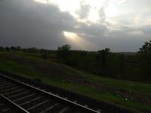 Tempo piovoso delle nuvole dei raggi di sole immagini stock