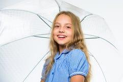 Tempo pronto da queda da reunião da criança da menina com guarda-chuva Aprecie dias chuvosos com acessório do guarda-chuva O melh fotografia de stock royalty free