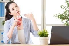 Tempo quente no escritório, você deve tentar o suco da melancia reduz o corpo imagens de stock royalty free