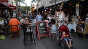 Tempo real da área pedestre ocupada com barras e restaurantes na estância turística dos pinos dos les de Juan, ` Azur da costa d, filme