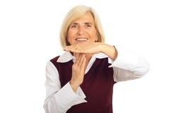 Tempo sênior feliz do gesto da mulher para fora Fotos de Stock Royalty Free